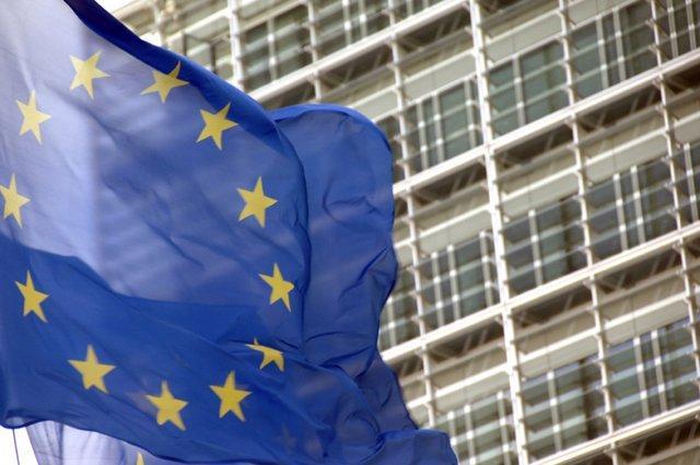 Bandera de la UE enfront de la seu de la CE