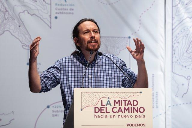 El secretario general de Podemos, Pablo Iglesias, y la coordinadora de Podemos Andalucía y candidata de Adelante Andalucía a la Presidencia de la Junta, Teresa Rodríguez, participan en un acto público.