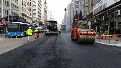 El asfalto de Gran Vía sustituye el aglomerado convencional por otro que absorbe el ruido del rodamiento de los coches