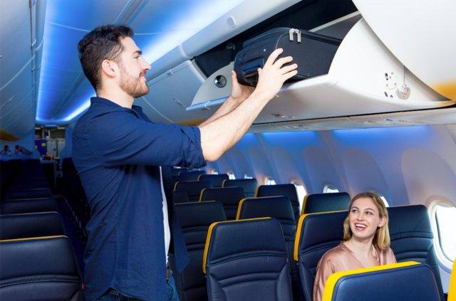 Equipaje de mano a bordo de un avión de Ryanair