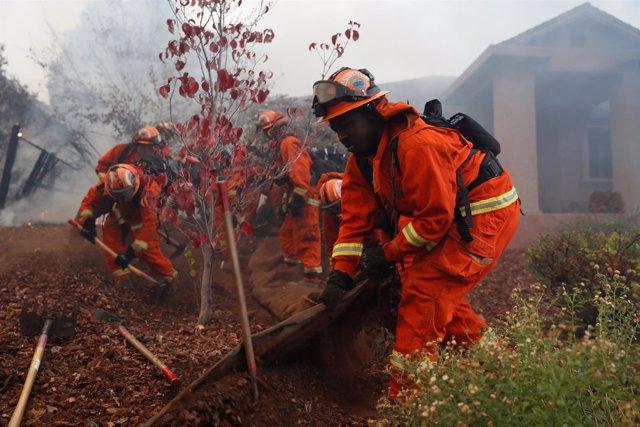 Bomberos trabajando para controlar el incendio en la ciudad Paradise
