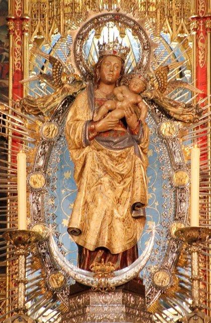 La capital honra a la Almudena por su festividad litúrgica con ofrenda floral y misa en la plaza Mayor