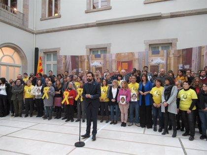 """Torrent, consellers y trabajadores del Parlament protestan por la """"injusta"""" cárcel a Forcadell"""