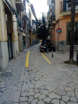 Calle de la Pau con rayas amarillas