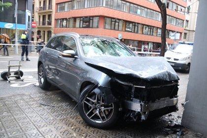 Un conductor perd el control del cotxe, envaeix la vorera a Barcelona i fereix quatre persones, una d'elles greu