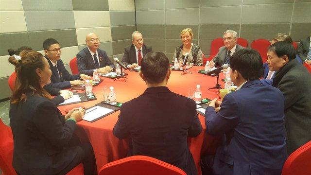 Gastón y Olona en una reunión en China con empresarios