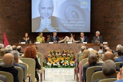 """El Parlamento de Canarias homenajea a Juan Carlos Alemán como una persona """"comprometida"""" con las islas y las ideas"""