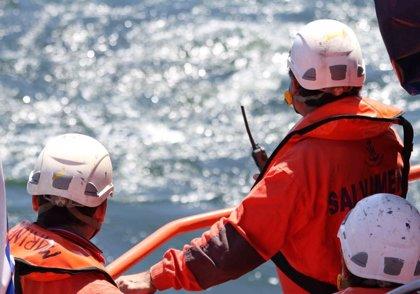Rescatados once inmigrantes de una patera que navegaba en aguas del Estrecho