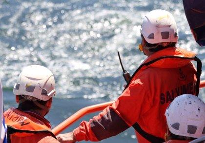 El buque Miguel de Cervantes remolca la embarcación que colisionó con un ferry de Armas al Puerto de Las Palmas