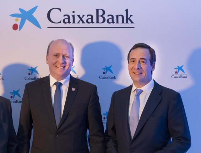 Gonzalo Gortázar, consejero delegado de CaixaBank, con Uwe Becker