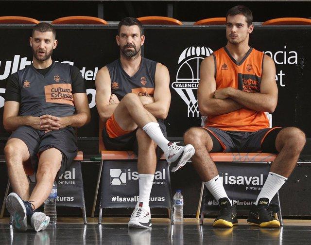 Diot, Rafa Martínez y Abalde en el entrenamiento del Valencia Basket