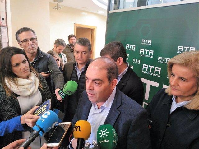 Lorenzo Amor haciendo declaraciones en Jerez junto a Fátima Bañez
