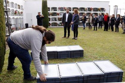 Enterren a Prats de Lluçanès les restes de 18 soldats republicans de la Guerra Civil exhumades de fosses comunes