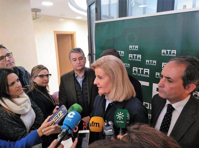 Báñez atiende a los periodistas en la sede de ATA en Jerez