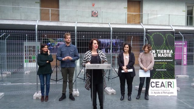 Ainhoa Aznárez inaugura la la exposición 'En tierra de nadie' de CEAR