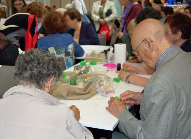 Gente mayor realizando actividades