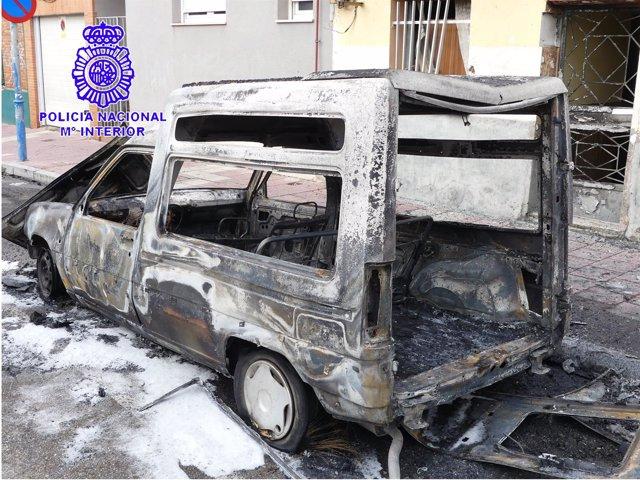 Vehículo calcinado en el incendio provocado