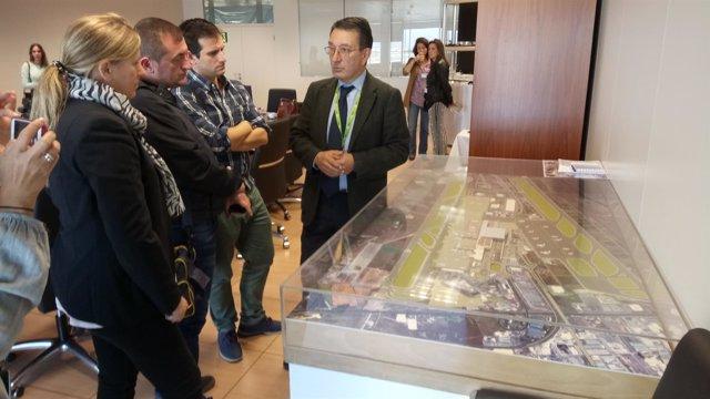 Salvador Merino explica las obras del aeropuerto a los periodistas