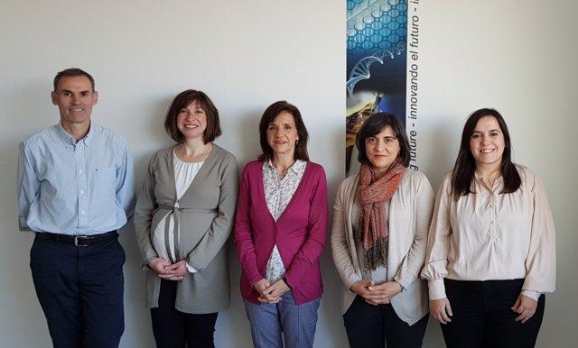 Maria Dolores Pérez, en el centro, con su grupo de investigación