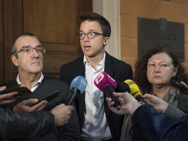 Íñigo Errejón durante unas declaraciones junto a Mae de la Concha e Yllanes