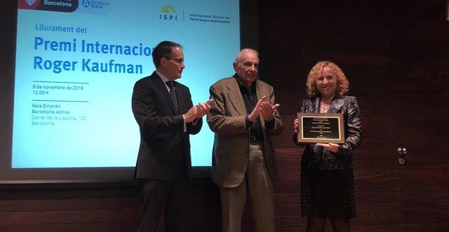 Robert Riley y Roger Kaufman entregan el premio a Sara Berbel