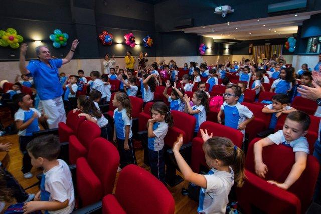 Don Prevención durante su actuación con los niños del Colegio MªAuxiliadora