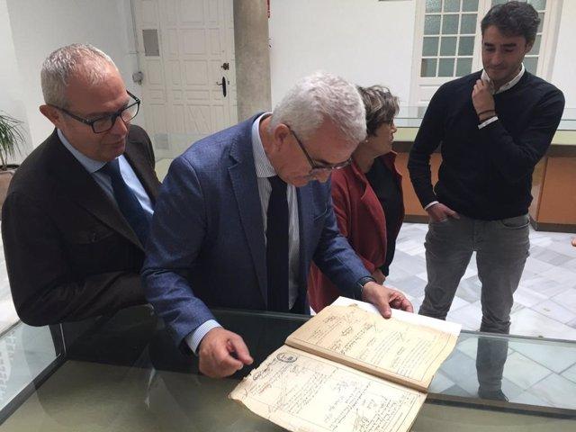 Jiménez Barrios mira fichas de penados del franquismo en el Archivo Histórico