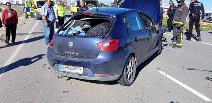 La colisión de dos turismos y una furgoneta deja cinco heridos en Dolores de Pacheco