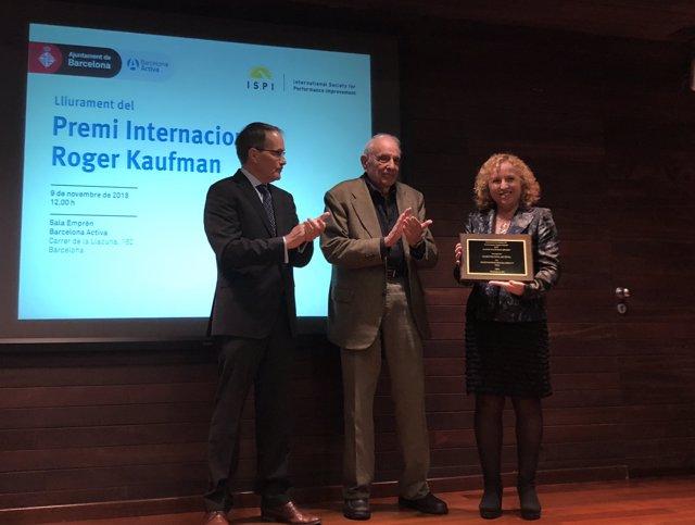 Robert Riley i Roger Kaufman lliuren el premi a Sara Berbel