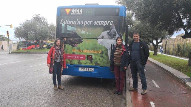Autobús con el rótulo de la campaña en contra del abandono de los animales