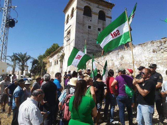 Protesta frente al cortijo de Gambogaz