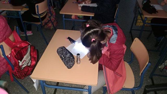 Una alumna escribiendo con una linterna en el 'Pedro Garfias'