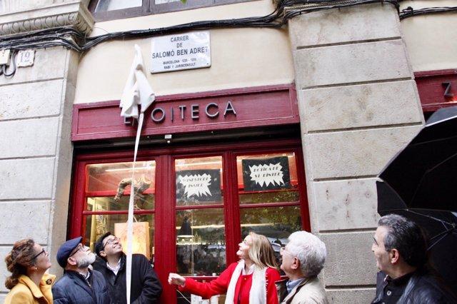 Gerardo Pisarello descobreix la placa del carrer Salomó Ben Adret