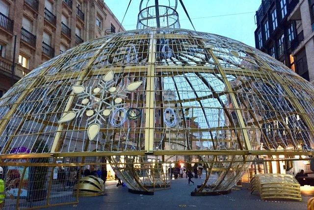 Montaje del gran adorno navideño en la calle Santiago. 9-11-2018