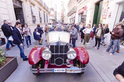 Cientos de personas visitan la exposición de vehículos antiguos ubicada a las puertas de la Diputación