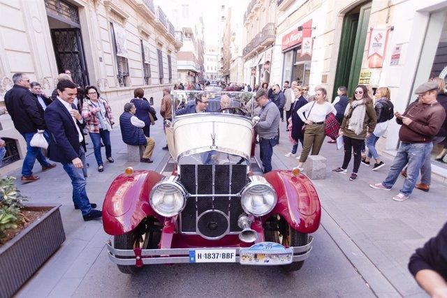 Gabriel Amat subido en uno de los coches antiguos expuestos en Navarro Rodrigo.
