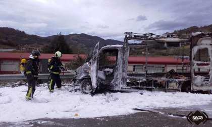 Herido leve el conductor de un camión de comida incendiado en el polígono de Masgaín, en Pola de Lena