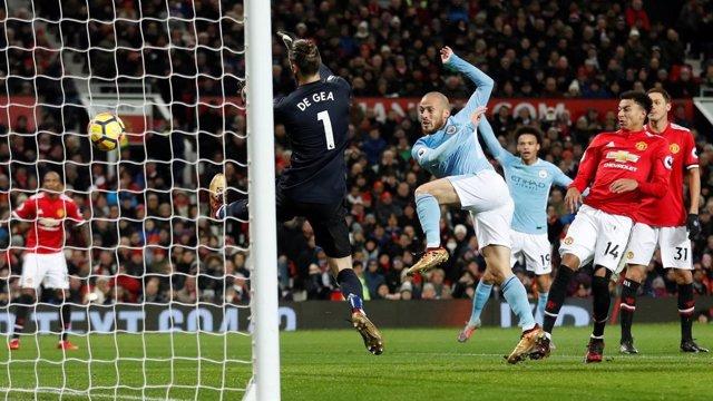 Silva (Manchester City) le marca a De Gea (Manchester United)