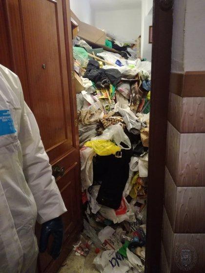 """Retiran unos 9820 kilos de basura de una vivienda en Granada declarada como """"foco insalubre, nocivo y peligroso"""""""