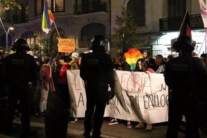 Hazte Oír suspèn la xerrada 'Mentides LGTBI' al Círculo Ecuestre davant la pressió de 200 persones contràries a l'acte