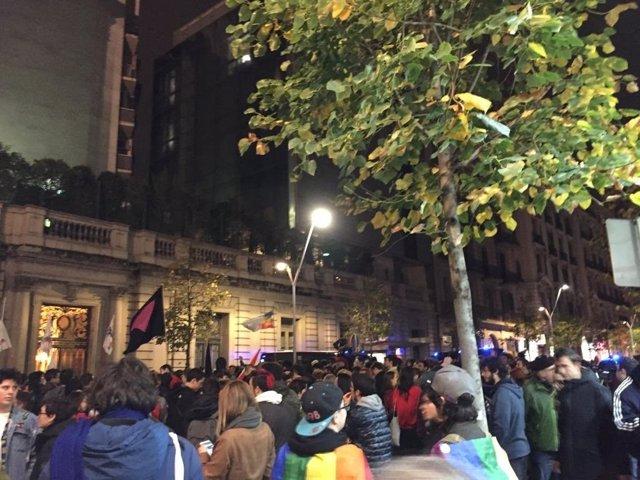 En torno a 200 personas se han concentrado para rechazar un acto de HazteOir