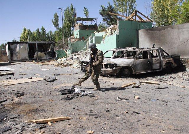 Un soldado afgano tras los combates con los talibán en Ghazni