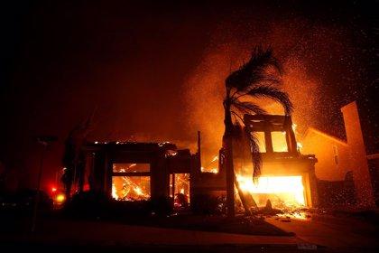 Mueren cinco personas a causa de un incendio en California, azotada por otros dos fuegos cerca de Los Ángeles