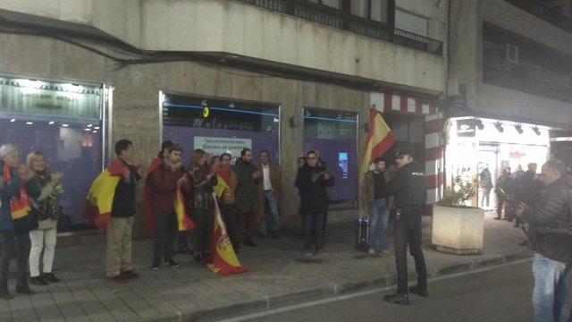 Manifestantes protestando contra la presencia de Dani Mateo en Ciudad Real