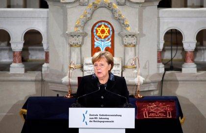 """Merkel promete """"medidas decisivas"""" contra el antisemitismo en un acto por la 'Noche de los Cristales Rotos'"""