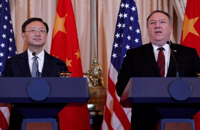 Mike Pompeo y Yang Jiechi en una rueda de prensa en Washington