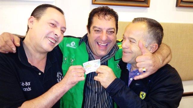 El vendedor de la ONCE José María Petralia reparte fortuna con el Cuponazo