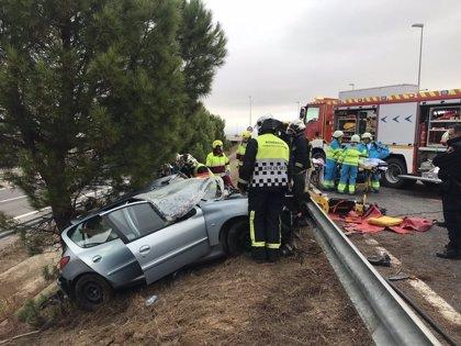 Grave un joven de 24 años tras salirse de la carretera M-506 e impactar su coche contra unos árboles