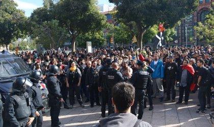 Centenars de persones convocades pels CDR es concentren prop de l'Arc de Triomf coincidint amb la manifestació de Jusapol