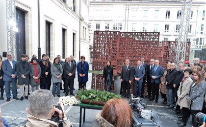 El Parlamento Vasco expresa su solidaridad con todas las víctimas en ausencia del PP